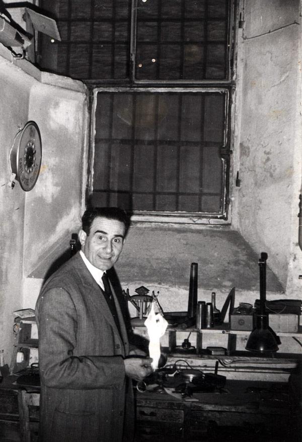 Luigi Garagnani, fondatore del primo negozio di Ottica a Bologna, nel negozio di Via di Porta Castello